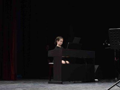 Piyano kursunda konser veren kız
